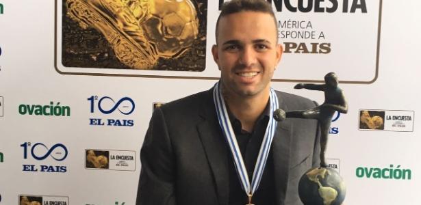 Luan recebeu o troféu um dia após participar da estreia do Grêmio na Libertadores