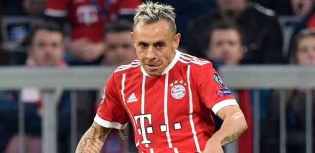 Rafinha em ação pelo Bayern de Munique durante jogo contra o Sevilla