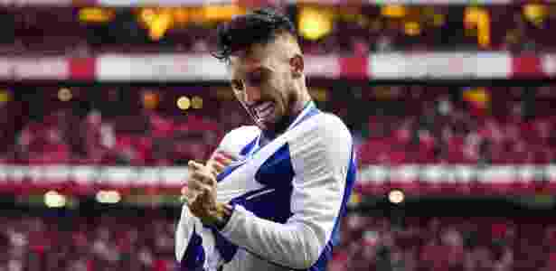 Lateral esquerdo Alex Telles faz sucesso com a camisa do Porto - Carlos Costa/AFP
