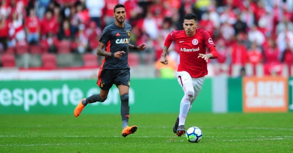 Victor Cuesta e Rafael Marques em lance do jogo entre Sport e Internacional