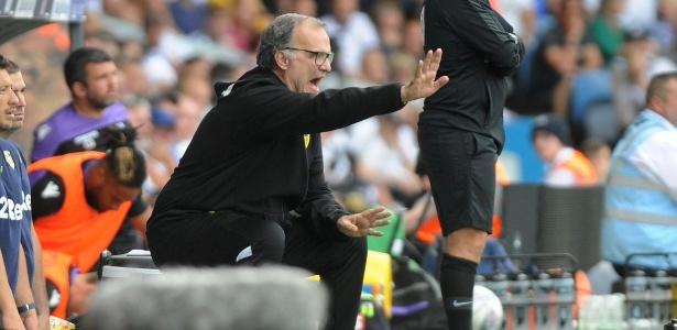 No Leeds, Marcelo Bielsa mantém hábito de ver jogos sentado à beirada do campo