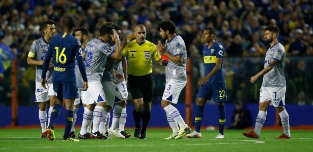 Zagueiro recebeu o cartão vermelho direto após choque com o goleiro Andrada - Demian Alday/Getty Images