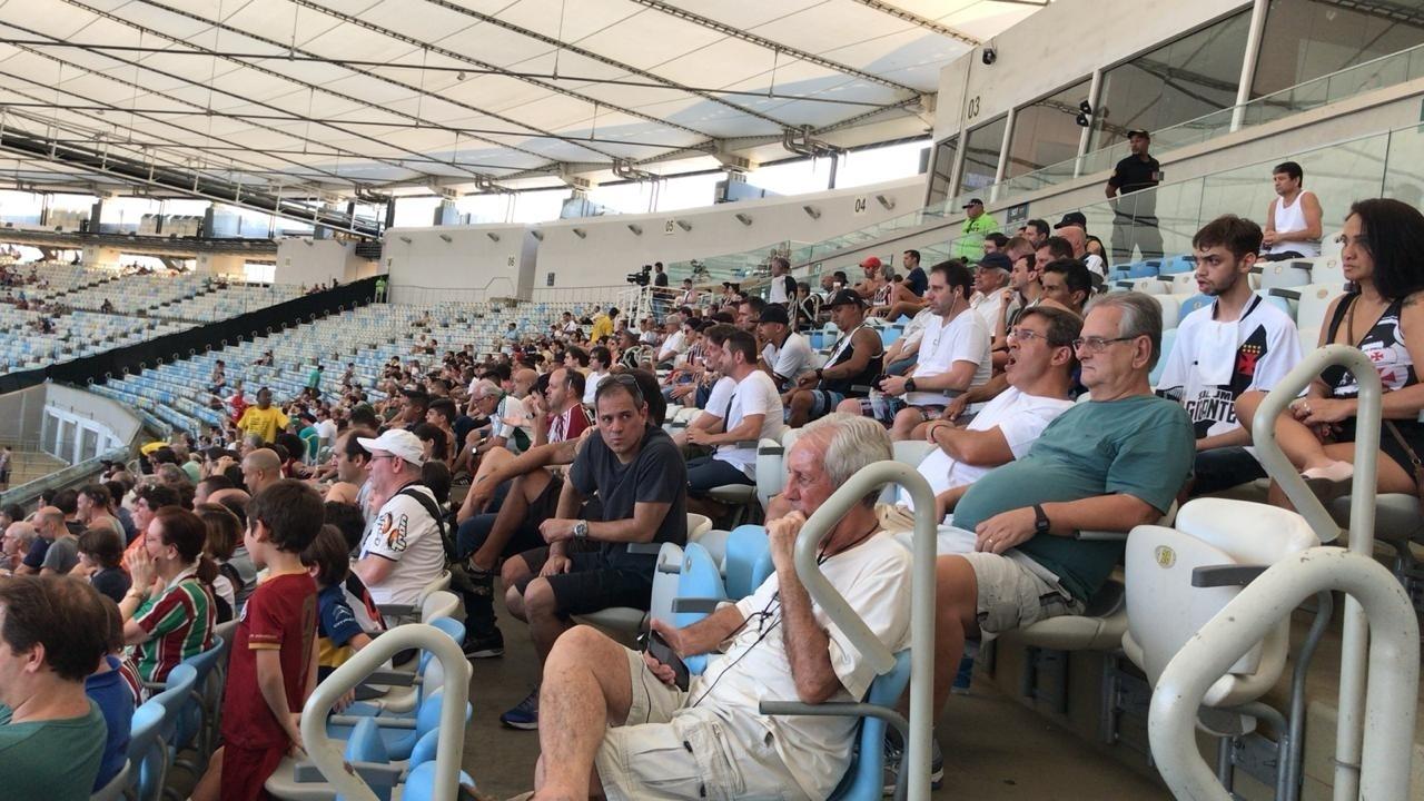 Torcedores do Vasco em meio à torcida do Fluminense no Maracanã