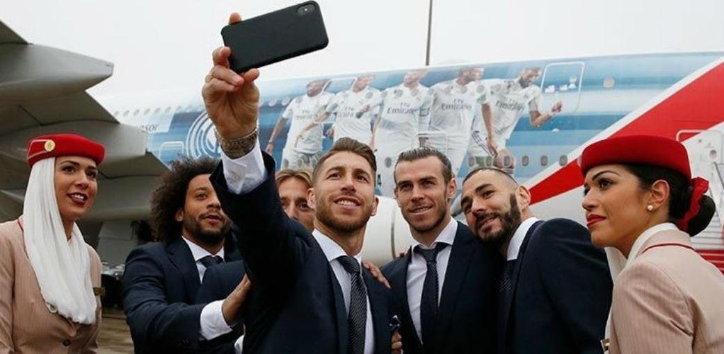 Jogadores do Real Madrid posam para foto ao lado de avião