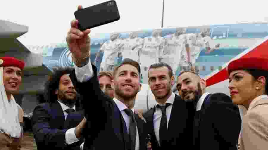 Jogadores do Real Madrid posam para foto ao lado de avião - Divulgação/Real Madrid
