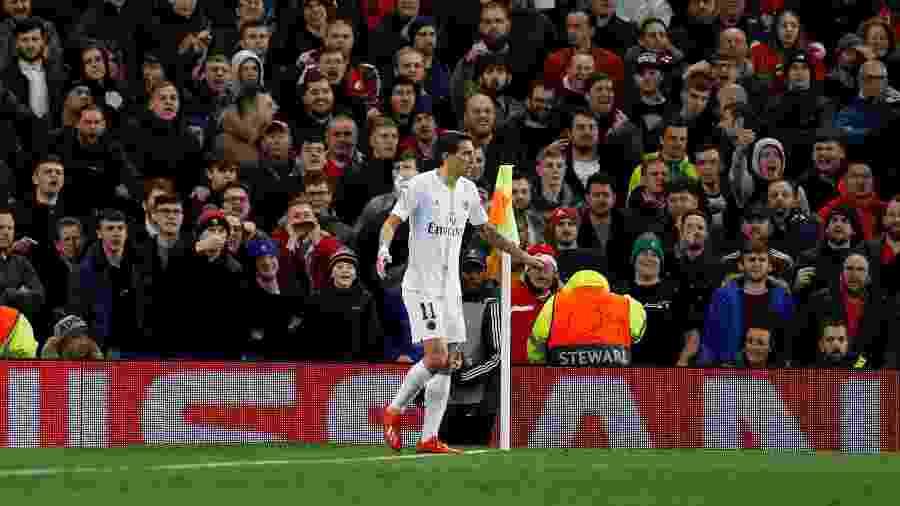 Angel di María escapa de garrafada no jogo Manchester United x PSG, em 2019 - Phil Noble/Reuters