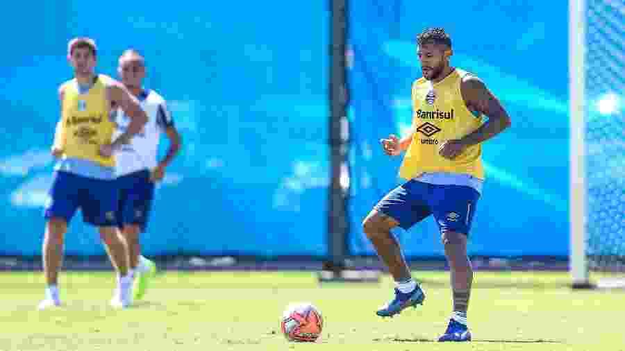 Walter Montoya, sob olhar de Kannemann, durante treinamento do Grêmio - Lucas Uebel/Grêmio