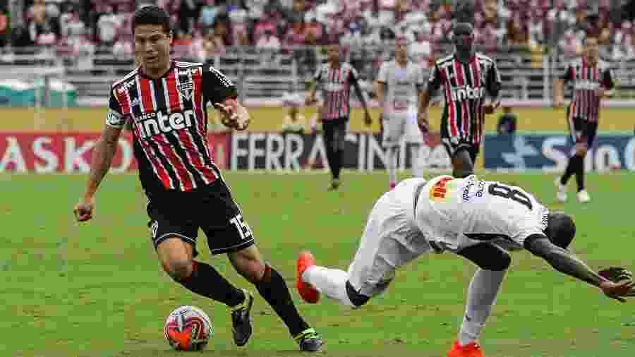 Hernanes tenta jogada durante partida entre Bragantino e São Paulo pelo Campeonato Paulista - Fábio Moraes/Futura Press/Estadão Conteúdo