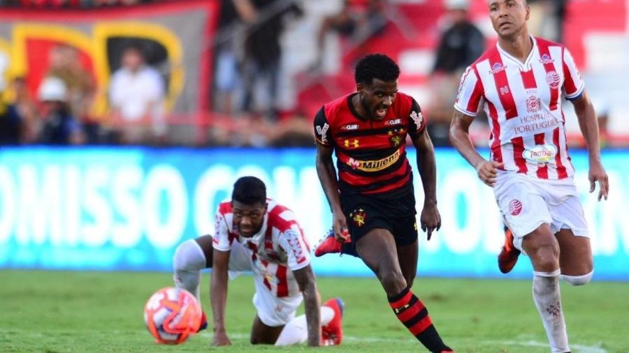 Jogadores disputam bola durante clássico entre Sport e Náutico - Divulgação/Sport