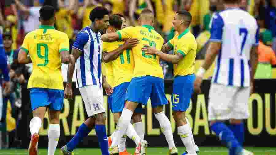 Jogadores da seleção brasileira comemoram um dos gols sobre Honduras no Beira-Rio - Pedro H. Tesch/AGIF