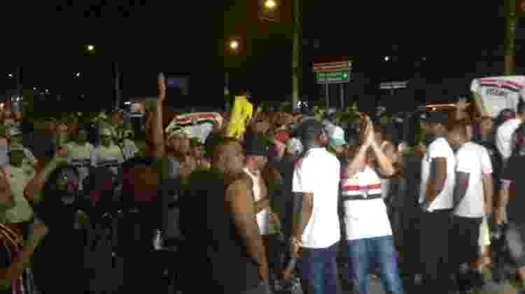 Torcida do São Paulo protesta na frente do Morumbi após empate com o CSA - Leandro Miranda/UOL