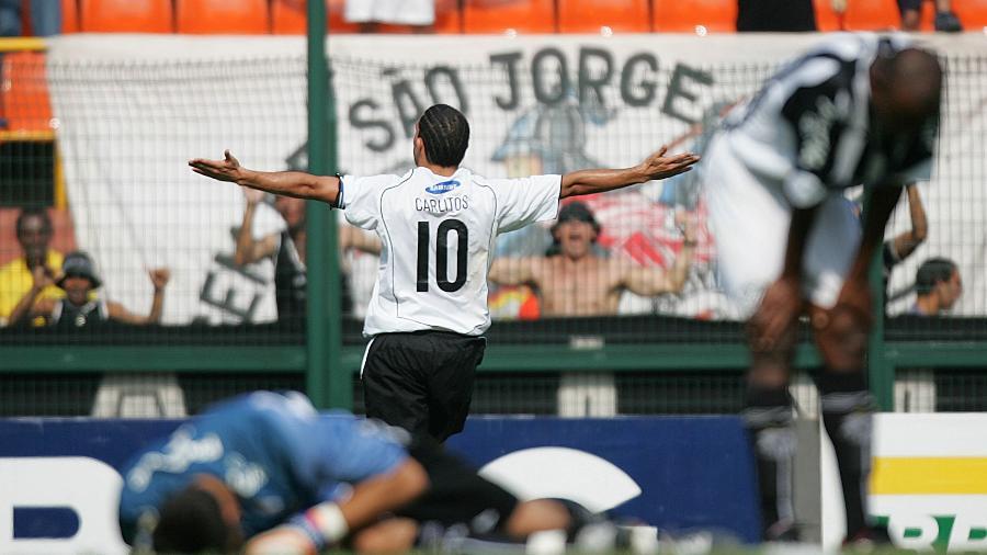 Carlitos Tevez comemora gol do Corinthians na goleada por 7 a 1 sobre o Santos, em 2005 - Antônio Gaudério/Folhapress