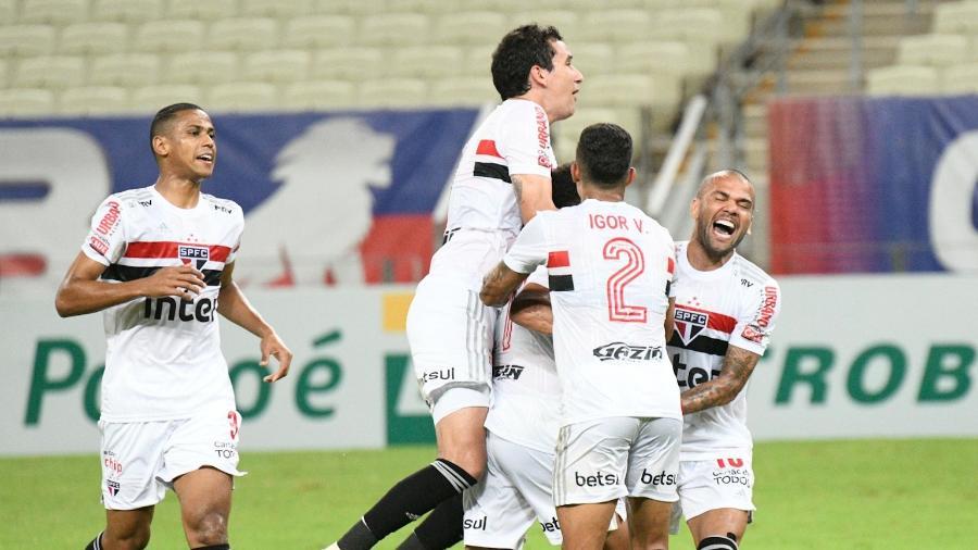 Jogadores do São Paulo comemoram gol de Gabriel Sara contra o Fortaleza - Kely Pereira/AGIF