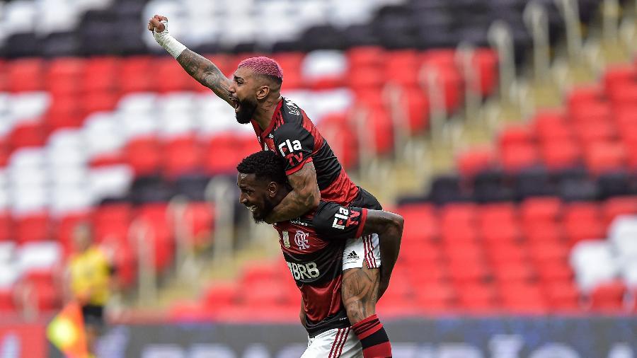 Gabigol e Gerson comemoram segundo gol do Flamengo diante do Inter - Thiago Ribeiro/AGIF