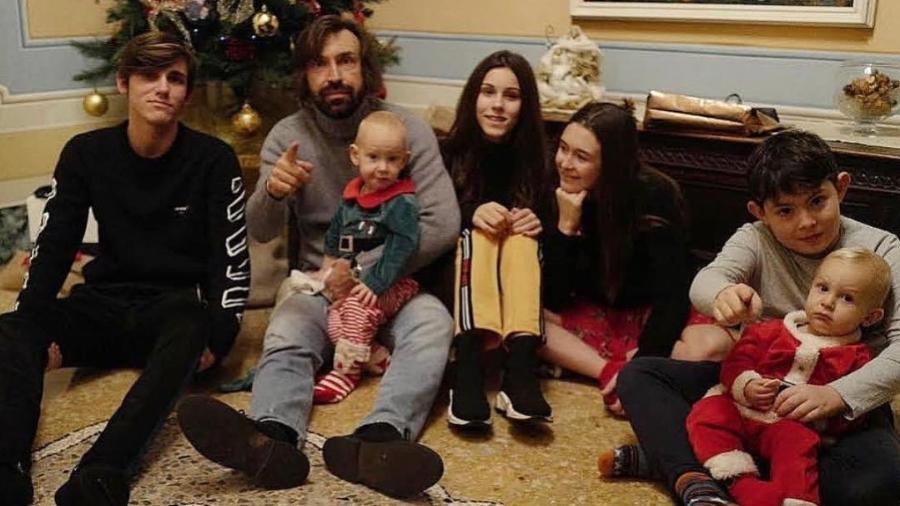 Filho de Pirlo com o treinador e família - Reprodução