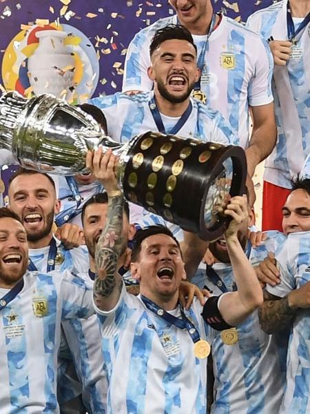 Lionel Messi, capitão da Argentina, levanta a taça da Copa América de 2021 - Carl de Souza/AFP