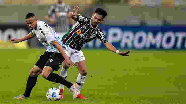 Gabriel Teixeira, do Fluminense, disputa bola com Vanderson, do Grêmio, no Maracanã, em jogo pelo Brasileiro - Thiago Ribeiro/AGIF - Thiago Ribeiro/AGIF