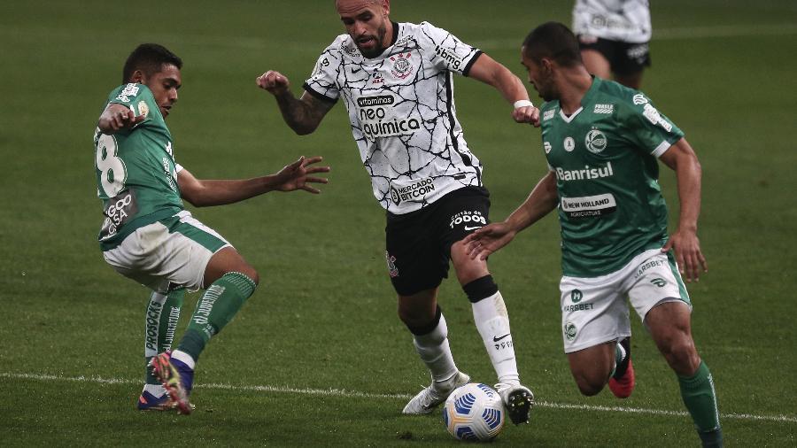 Renato Augusto carrega a bola durante jogo entre Corinthians e Juventude - Ettore Chiereguini/AGIF