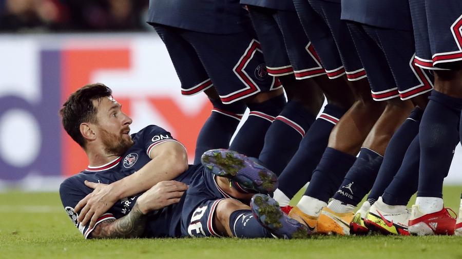 Messi ajuda e fica deitado durante falta do City  - REUTERS
