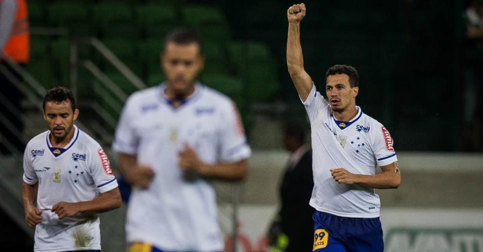 Leandro Damião comemora após marcar o gol de empate do Cruzeiro
