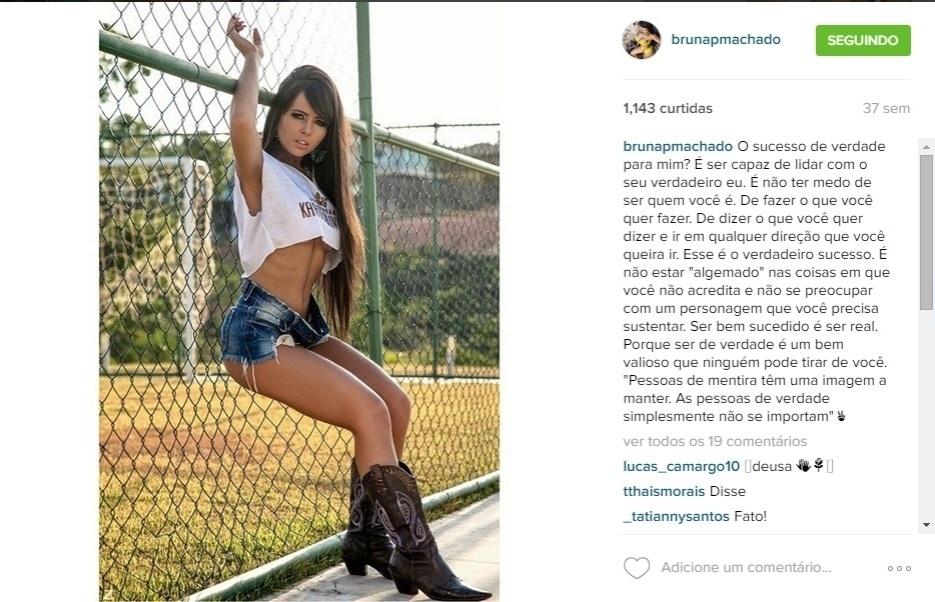 Bruna Machado posa em campinho de futebol