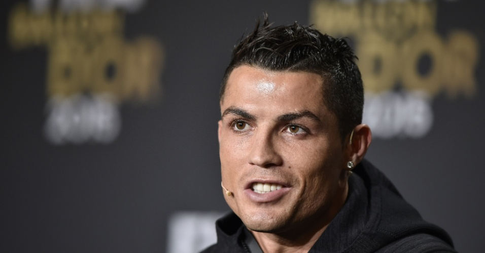 11.jan.2016 - Cristiano Ronaldo brincou durante a entrevista coletiva antes da Bola de Ouro: 'Não sou mau de esquerda, mas a de Messi é um pouco melhor que a minha'