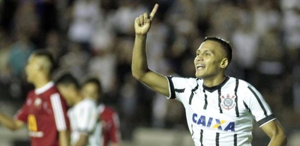 Léo Jabá comemora um dos gols do Corinthians sobre o Ituano