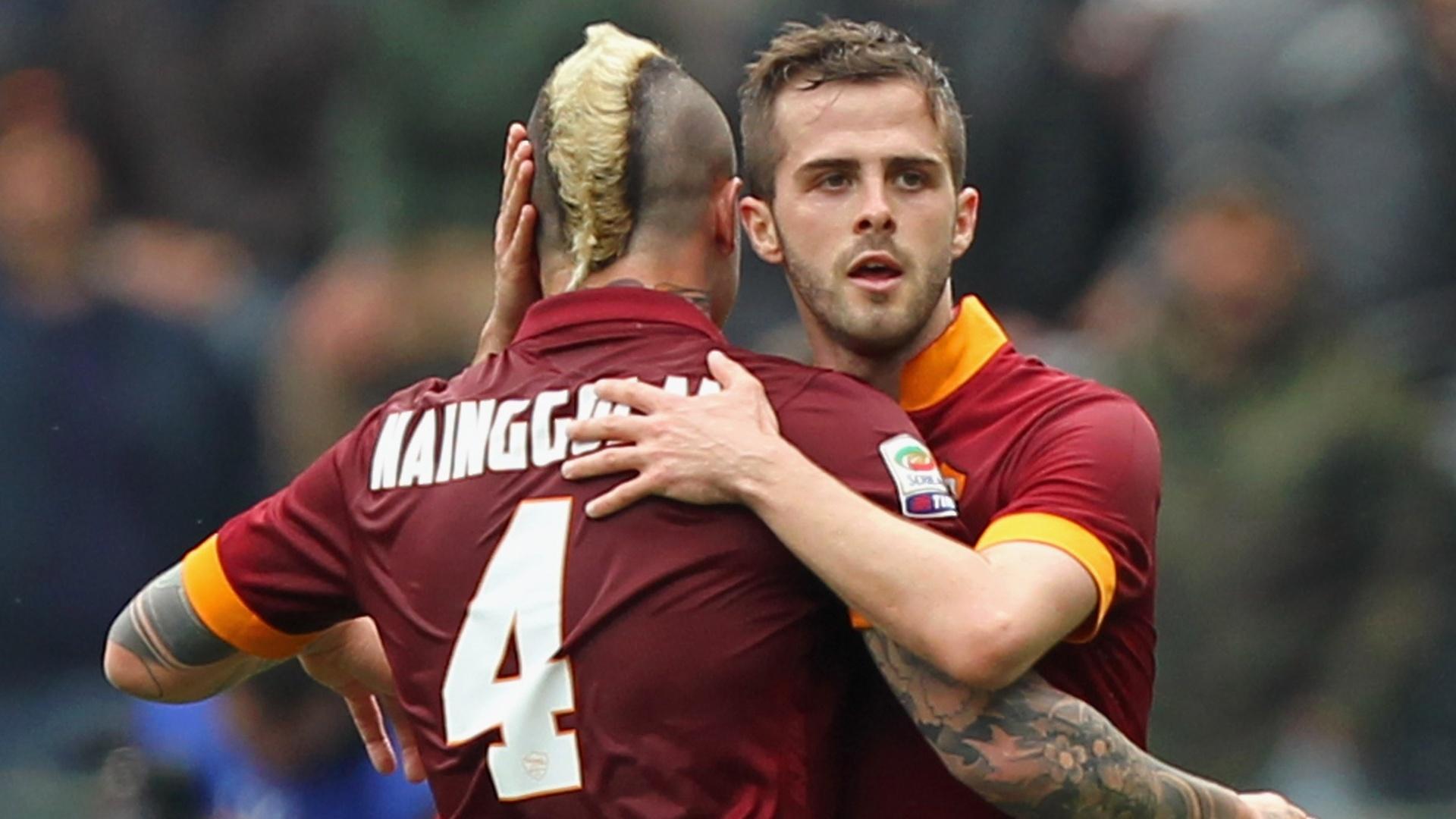 Miralem Pjanic e Radja Nainggolan se abraçam durante partida da Roma