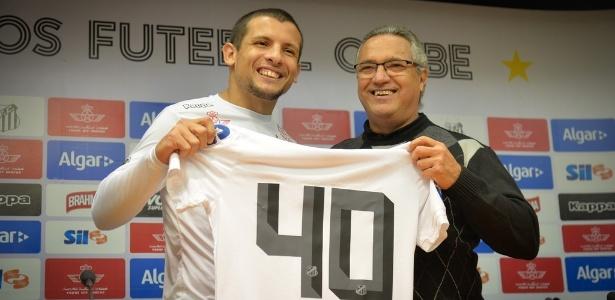 O meia Emiliano Vecchio assinou contrato de três anos com o Santos