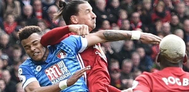 Ibrahimovic acerta cotovelada em Tyrone Mings pouco após ser pisado pelo adversário