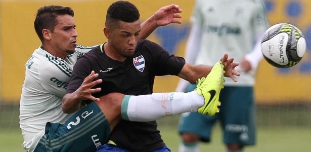 Jean voltou a trabalhar com bola e pode retornar ao time do Palmeiras para o clássico