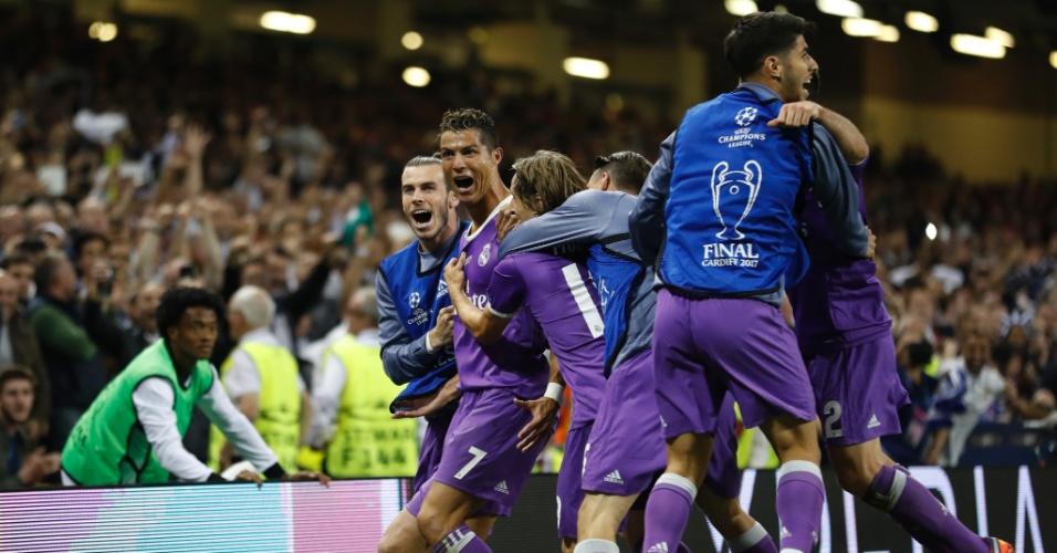 Cristiano Ronaldo é abraçado pelos colegas após marcar o segundo do Real Madrid contra a Juventus