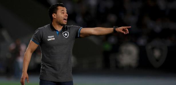 Jair Ventura orienta time do Botafogo durante jogo contra o Sport