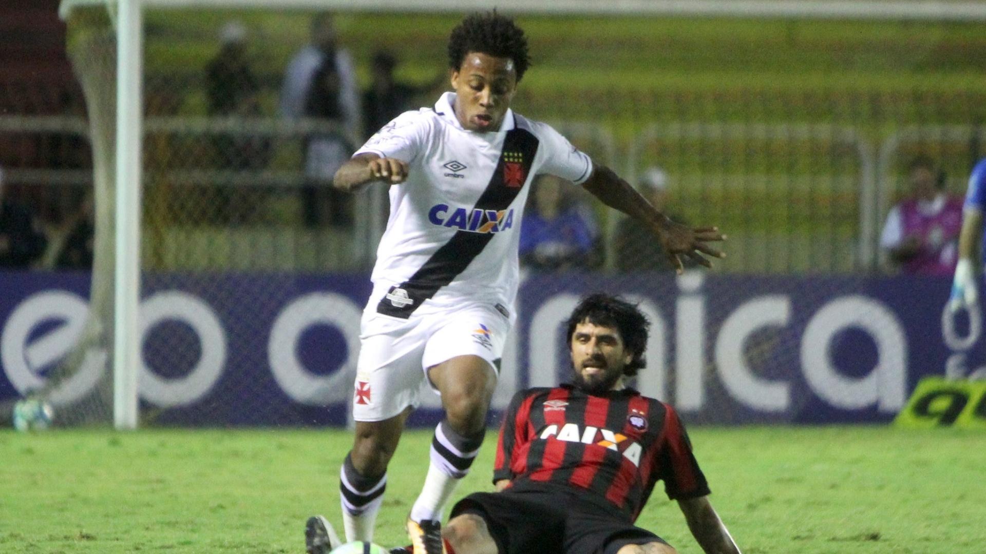 Paulo Vitor e Lucho González disputam bola em Vasco x Atlético-PR pelo Campeonato Brasileiro