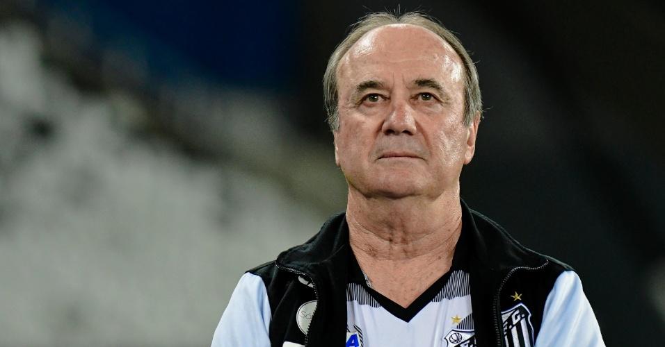 Levir Culpi observa o Santos contra o Botafogo