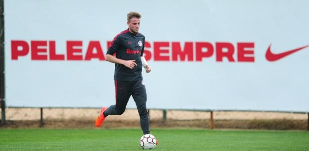 Zagueiro Klaus, do Internacional, voltou a treinar com grupo após cirurgia no braço