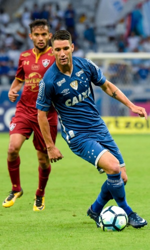 Thiago Neves carrega a bola para o Cruzeiro e é observado por Scarpa