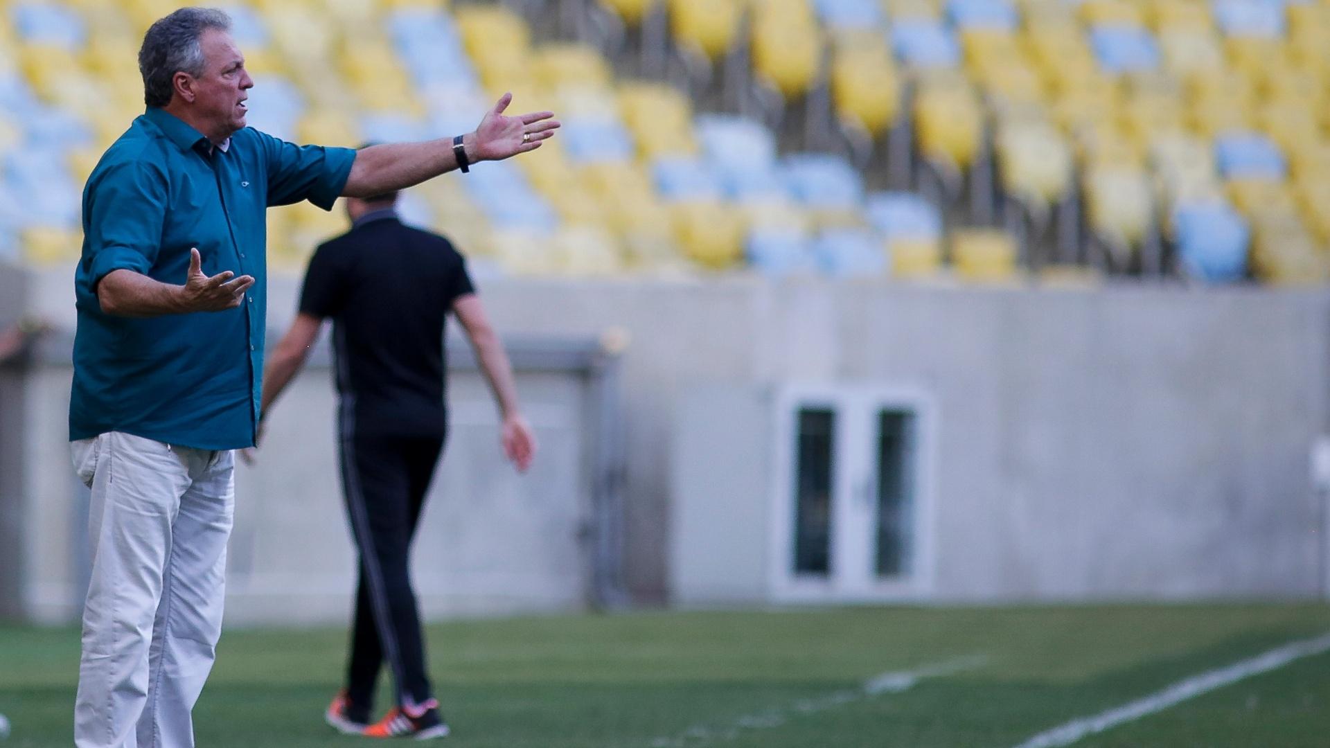 Abel Braga orienta o Fluminense durante derrota para o Sport no Maracanã