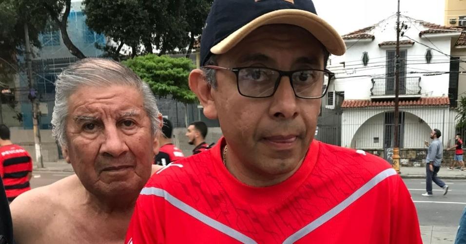 Torcedor do Independiente exibe ingresso da final da Copa Sul-Americana