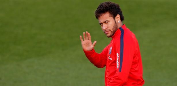 Neymar acena durante treino do Paris Saint-Germain