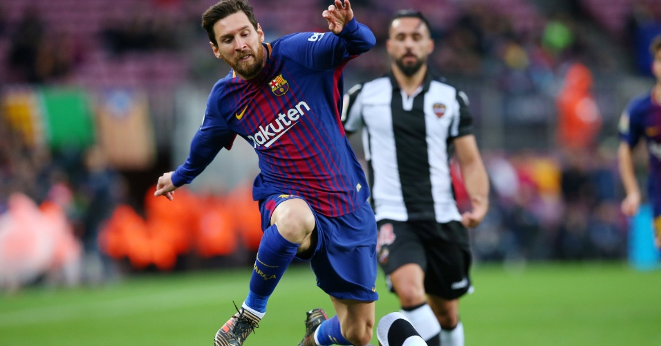 Messi sofre falta em partida do Barcelona contra o Levante