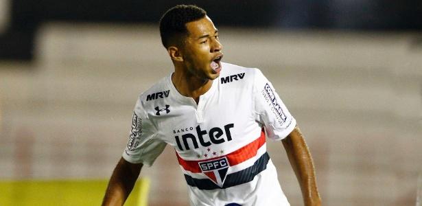Fabinho comemora gol do São Paulo sobre o Botafogo-SP