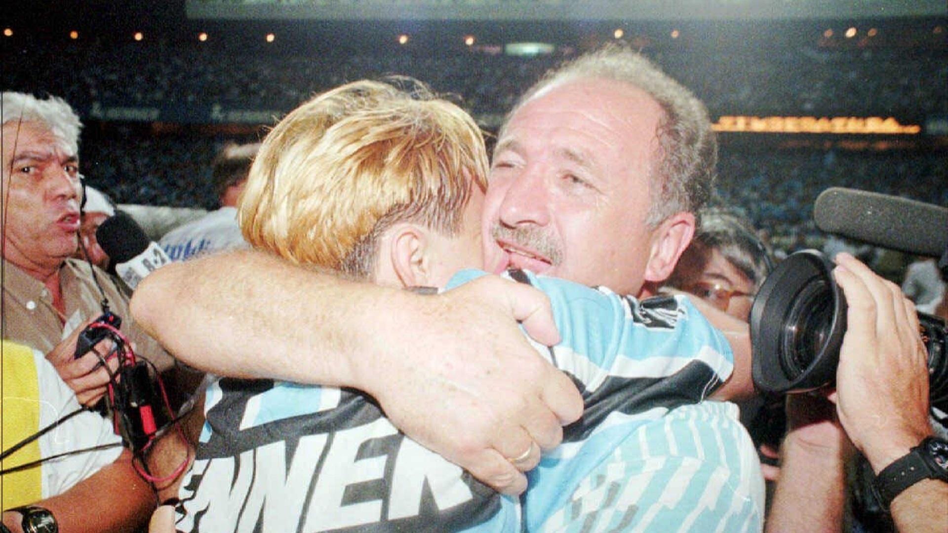 Paulo Nunes e Felipão se abraçam após o Grêmio conquistar o título do Campeonato Brasileiro de 1996