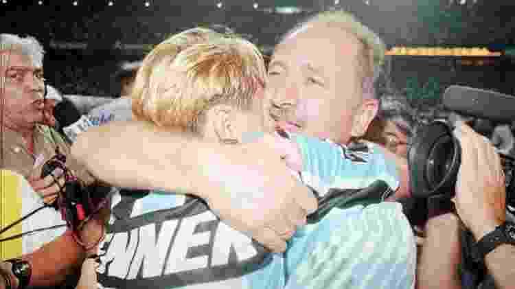 Paulo Nunes e Felipão se abraçam após o Grêmio conquistar o título do Campeonato Brasileiro de 1996 - Rogério Assis/Folhapress - Rogério Assis/Folhapress