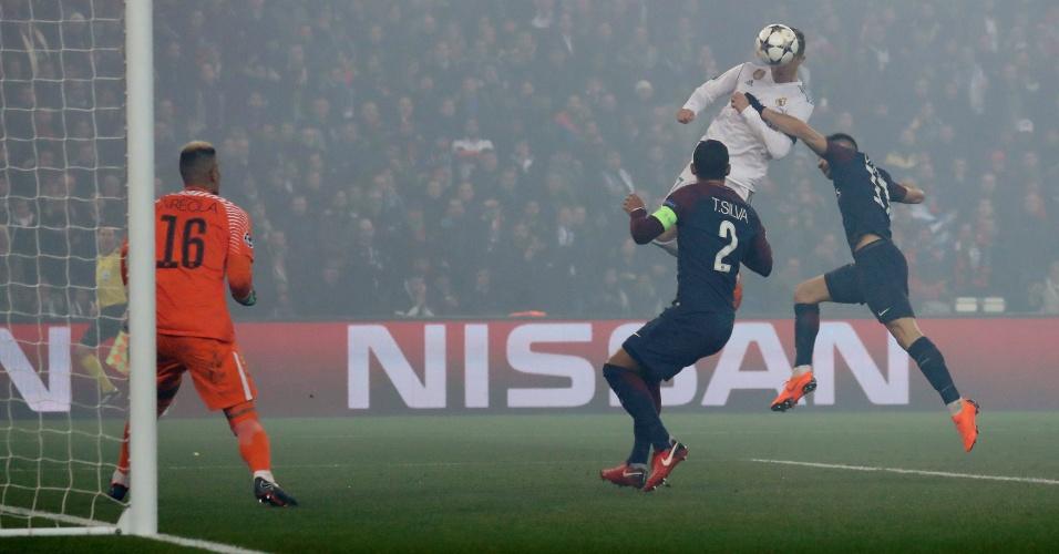 De cabeça, Cristiano Ronaldo abre o placar para o Real Madrid diante do PSG
