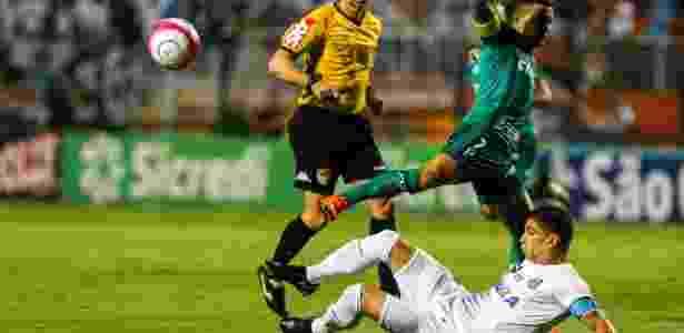 Renato desarma Dudu, no duelo entre Santos e Palmeiras - Ale Cabral/AGIF - Ale Cabral/AGIF