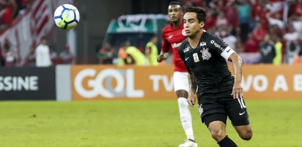 Jadson em ação contra o Inter no Beira-Rio: segunda derrota consecutiva do Corinthians