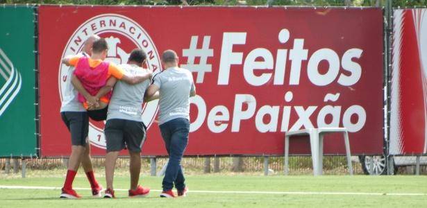 Matheus Galdezani deixa treinamento do Inter carregado nesta segunda - Marinho Saldanha/UOL