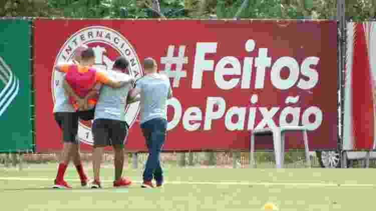 Matheus Galdezani deixa treinamento do Inter carregado nesta segunda - Marinho Saldanha/UOL - Marinho Saldanha/UOL