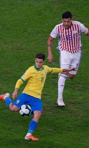 Philippe Coutinho e Gustavo Gomez em lance do jogo Brasil x Paraguai pela Copa América